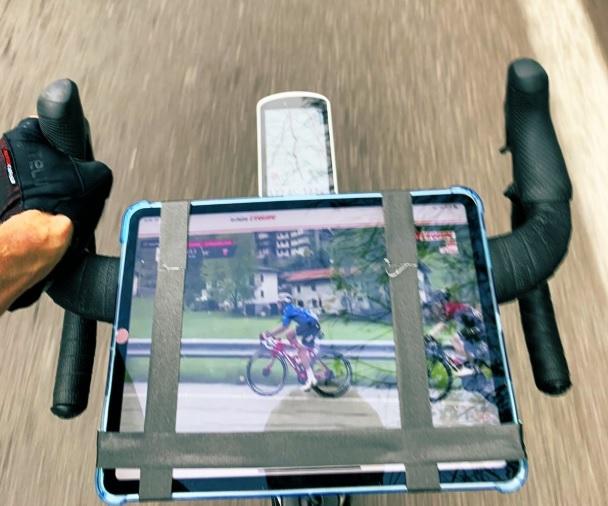 Chris Froome mostra como se pode ver o Giro, sem deixar de treinar.