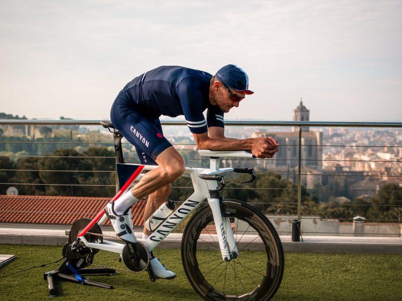 Jan Frodeno fez um triatlo em casa angariando 200 mil euros em donativos